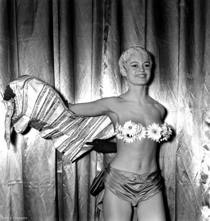 Bardot mindig is merész és bevállalós volt: ezen az 1967-es képen például virág formájú melltartóval dobta fel öltözékét egy tévéműsor kedvéért