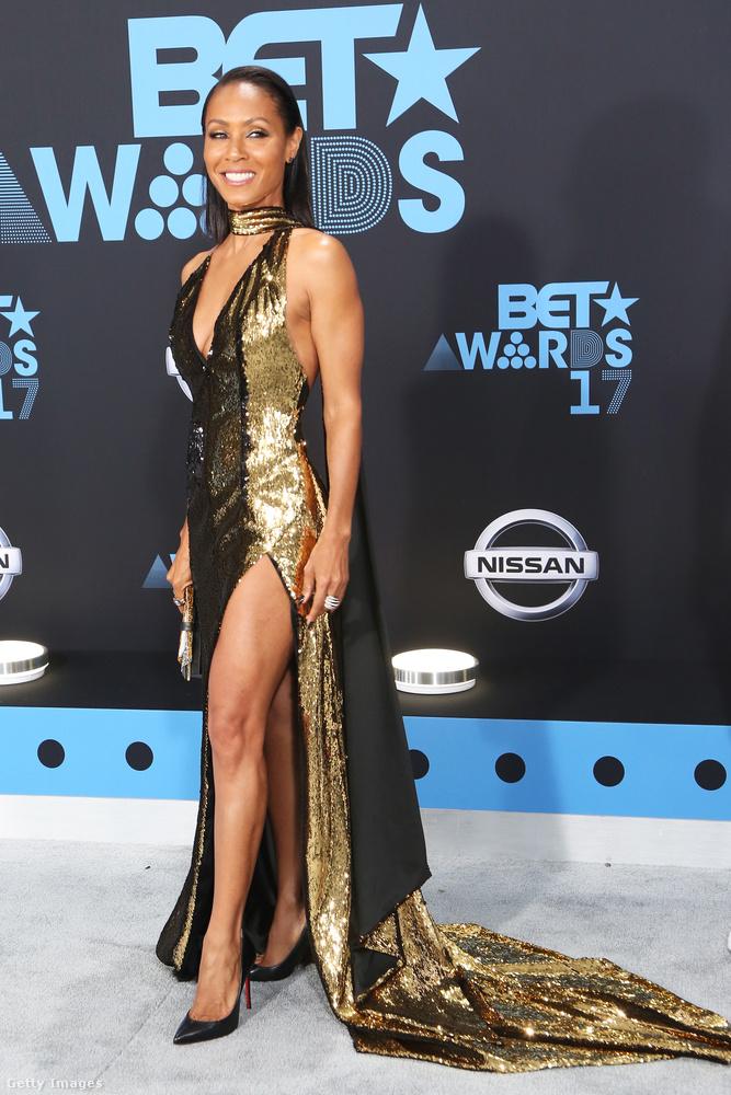 Hopp, egy ismerős arc bukkan fel egyszercsak a dekoltázsok közül, ő Jada Pinkett-Smith színésznő, Will Smith becses neje, feketében és aranyban.