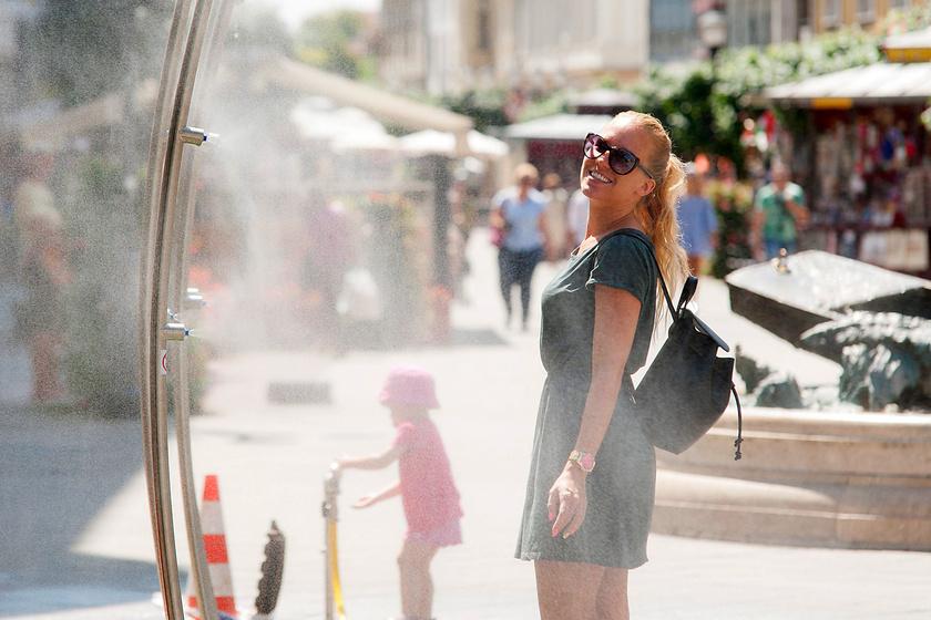 Párakapu üzemel a hőségben a győri Baross úton 2017. június 26-án.