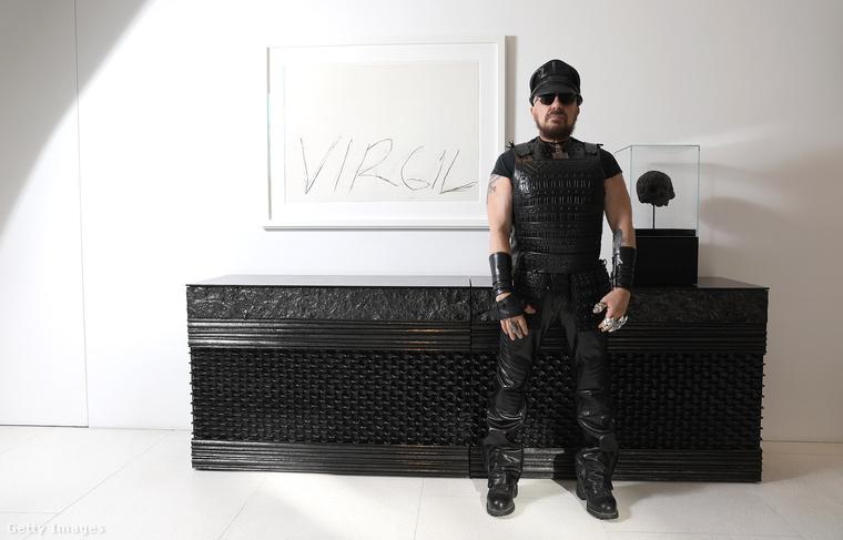 Virgil - áll a felirat Peter Marino egyik kortárs művén