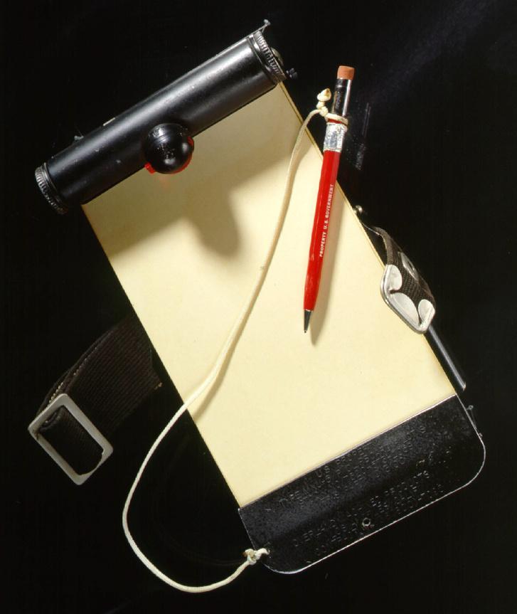1962. február 20-án használta ezt a ceruzát és jegyzetfüzetet John Glenn űrhajós, amikor első amerikaiként megkerülte Friendship 7 űrhajójával a Földet.