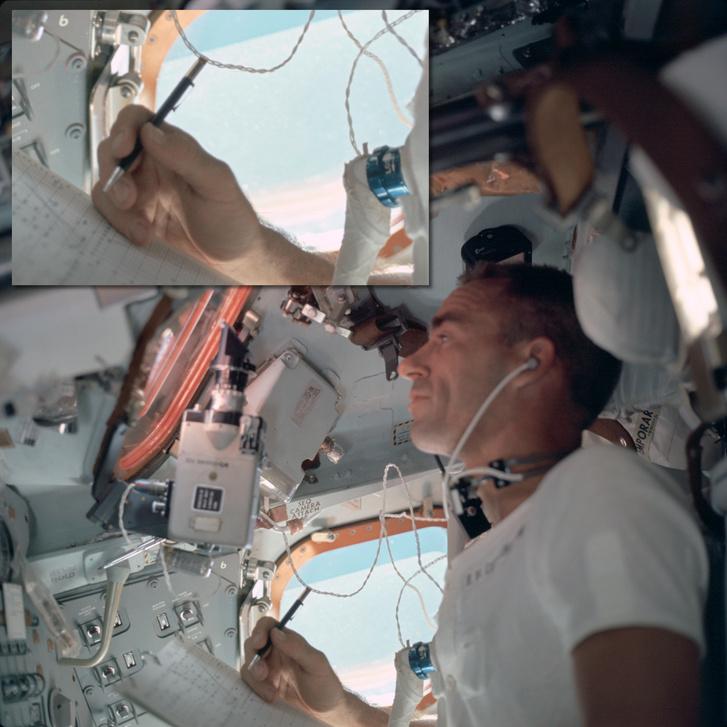 Walter Cunningham, az Apollo 7 küldetés holdkomppilótája jegyzetel egy Fisher tollal. (1968)