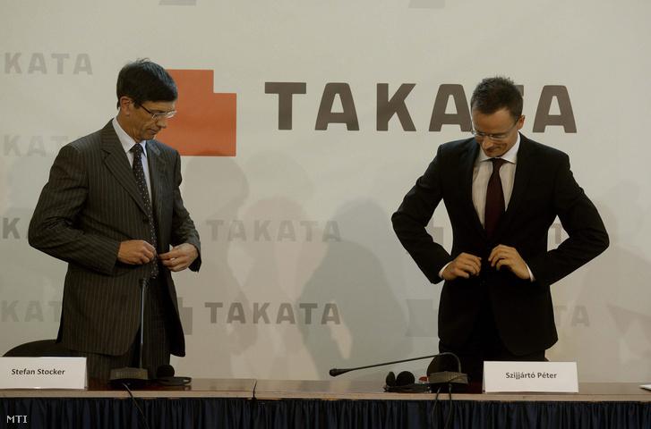 Stefan Stocker a japán Takata vállalatcsoport elnöke és Szijjártó Péter a Külgazdasági és Külügyminisztérium parlamenti államtitkára a kormány és az autóipari cég közötti stratégiai együttműködési megállapodás aláírásán a minisztériumban 2014. szeptember 16-án.