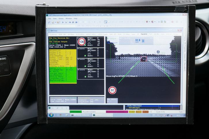 Azzal frissíti a térképet az autó, amit menet közben lát, illetve felismer