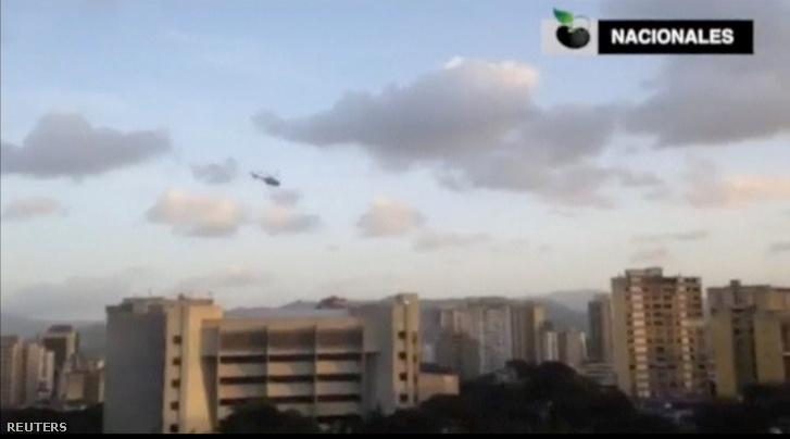 A helikopter Legfelsőbb Bíróság épülete felett
