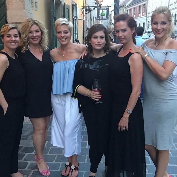 Ábel Anita, Liptai Claudia, Tatár Csilla, menedzserük, Dobó Kata és Várkonyi Andrea.