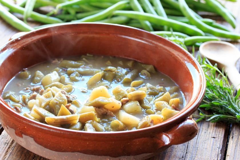 A zöldbab 100 grammja csak 31 kalória, így akár 4-500 grammból is készíthetsz híg főzeléket, melyhez kicsi olívaolajat és egy evőkanál zablisztet használj. Még egy főtt tojás is belefér feltétként.