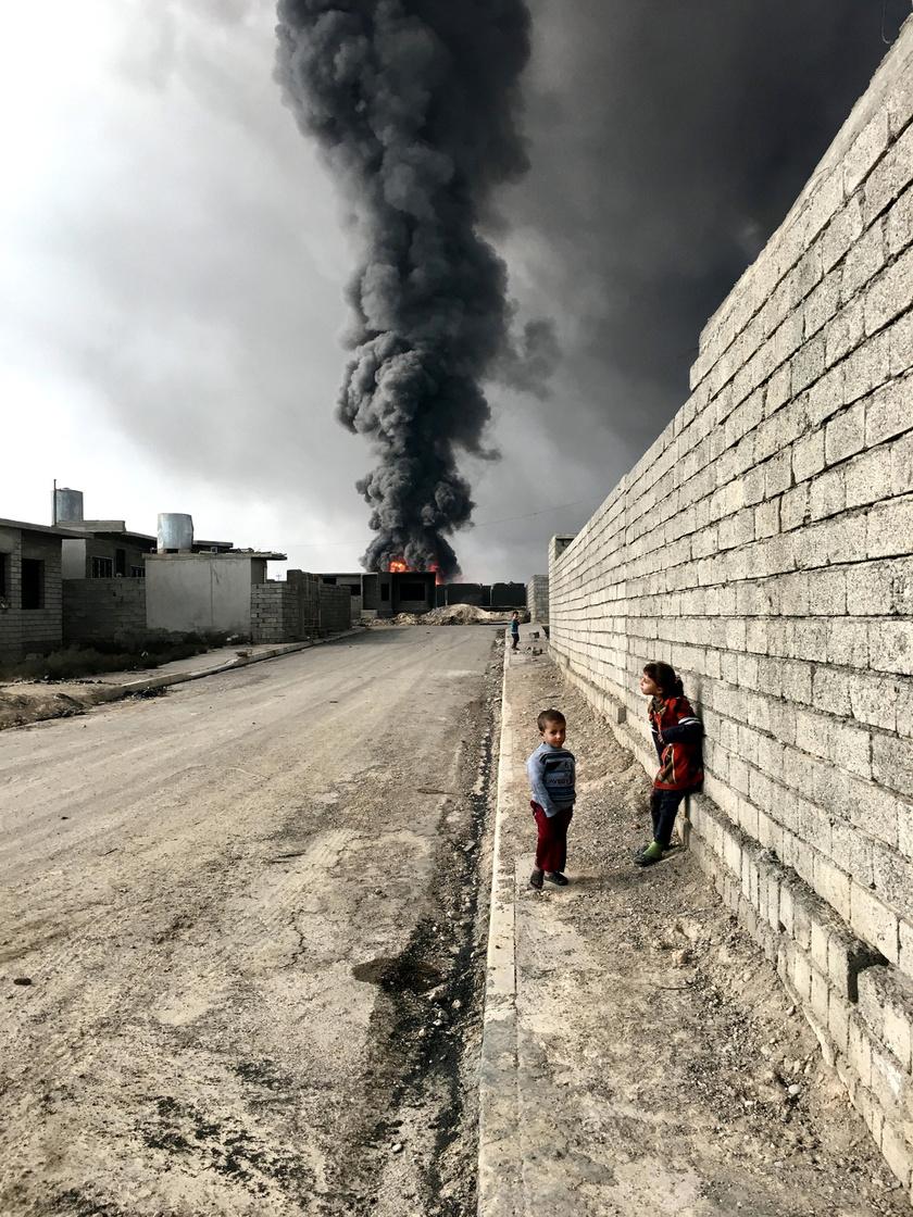 Gyerekek Qayyarah utcáin, az ISIS robbantása után.