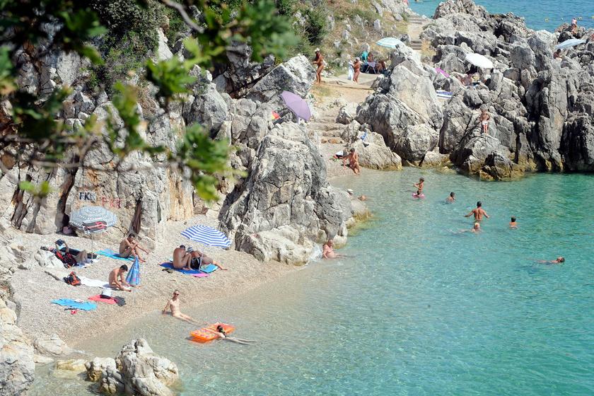 Mošćenička Draga nudista strandja bő öt és fél óra autóútra van Budapesttől. A rejtett parton gyönyörű sziklák és puha homok váltogatják egymást.