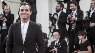 Jude Law sármja mindenkit leigáz, ezért brillírozhat meleg szerepekben is