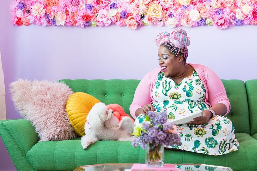 Elég Aminára nézni, hogy tudjuk, ez a lakás épp olyan színes, mint a személyisége.