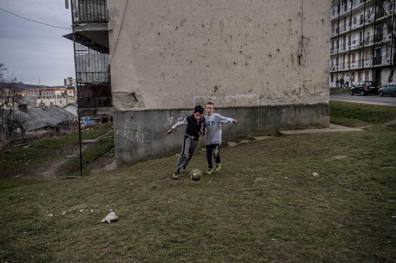"""""""Hogy miért pont Salgótarján? Budapesti roma vezetők javasolták Salgótarján külvárosát, mondván, ott nincsen sportcsapat, viszont a salakon állandóan pattog a labda. Öt évestől a felnőttig, nők, asszonyok és lányok is fociznak, amikor csak tehetik""""."""