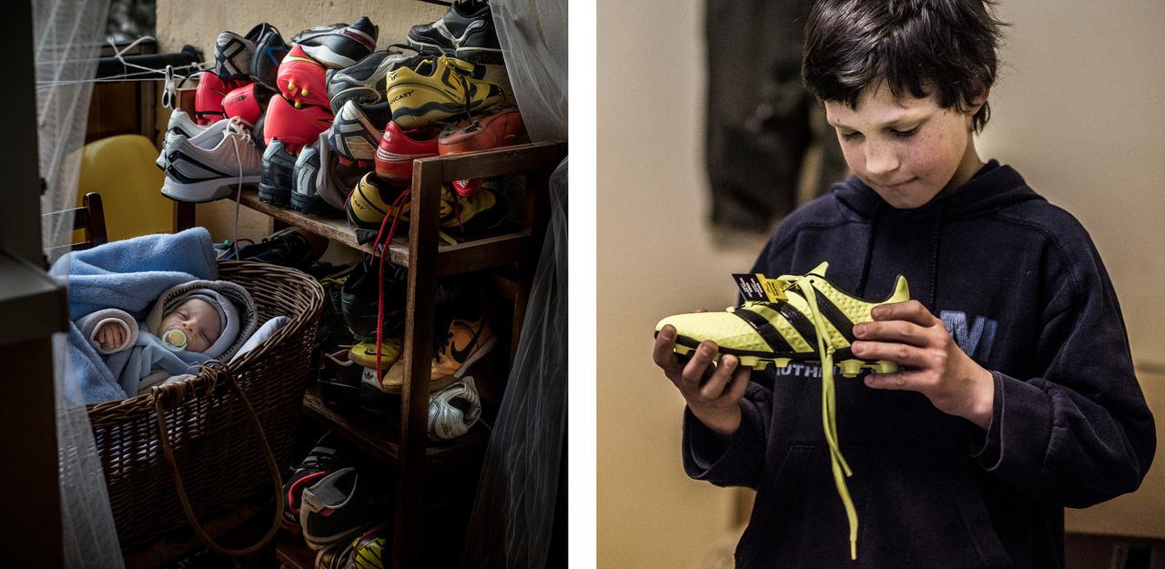 A használt, felajánlásokból kapott focicipőket Zoli otthon tartja, egy polcon, ezeket a rászorulók között osztja szét.