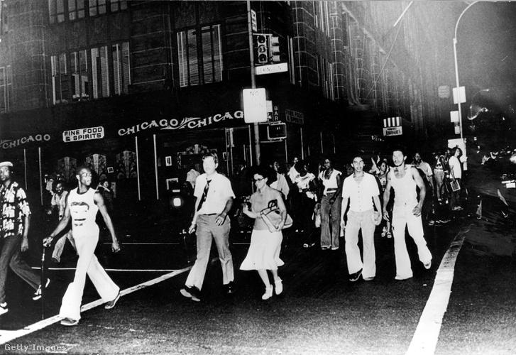 Sétáló emberek a sötét New York-i utcákon az áramszünet alatt