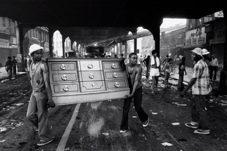 Durva fosztogatásokba kezdtek a társadalmi feszültségekkel teli new yorkiak az áramszünet alatt.