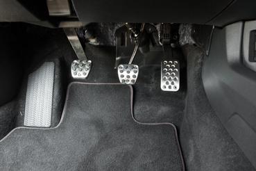 Visszakapcsolásoknál röffent egyet a motoron, hogy a tengelyek hasonló fordulaton legyenek. Igazi duplakuplungoláshoz nem alkalmas, mert nem akkor adja a gázfröccsöt, amikor a pedál épp fent van, üresben, azt továbbra is lábbal kell adni neki