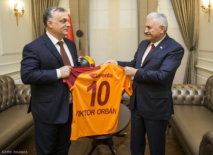 Orbán Viktor (10) játékosmezt kapott Orbán Viktor, Binali Yildirim török miniszterelnöktől