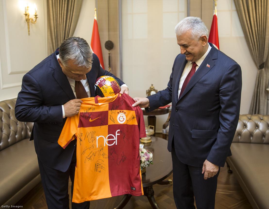A mezt a Galatasaray játékosai dedikálták a magyar miniszterelnöknek
