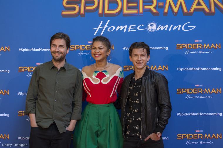 Ez a legutóbbi Pókember-film barcelonai promóeseményén volt, az egyik oldalon Tom Holland színész, a másikon Jon Watts rendező.