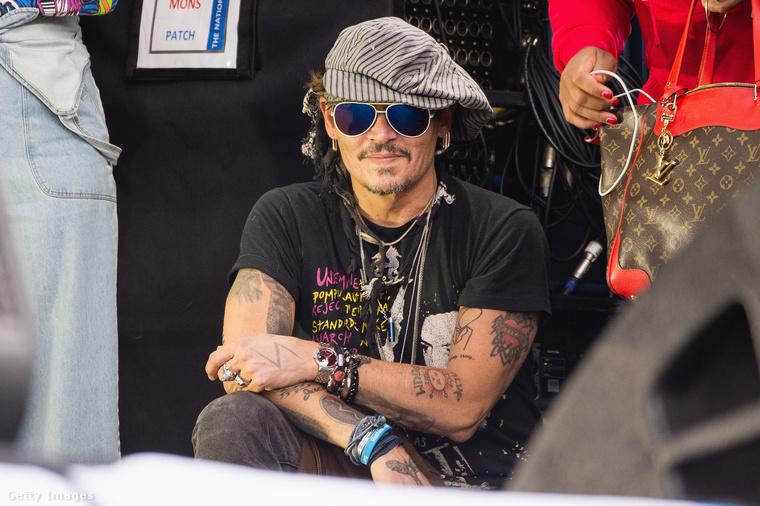 Johnny Depp feltűnése tényleg az egyik fénypontja volt a legnagyobb brit zenei eseményen, bár a Trump megölésével való viccelődés nem volt éppen okos húzás tőle - később bocsánatot is kért a színész.