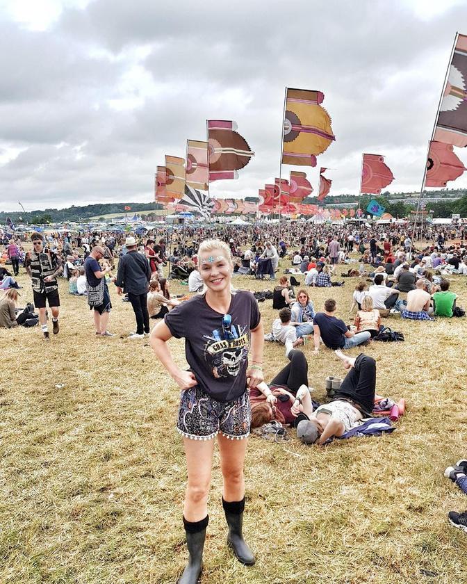 Idén egy magyar közismert arc is ott volt a Glastonburyn: Lilu Instagramján végig közvetítette a brit fesztivál legjobb pillanatait.
