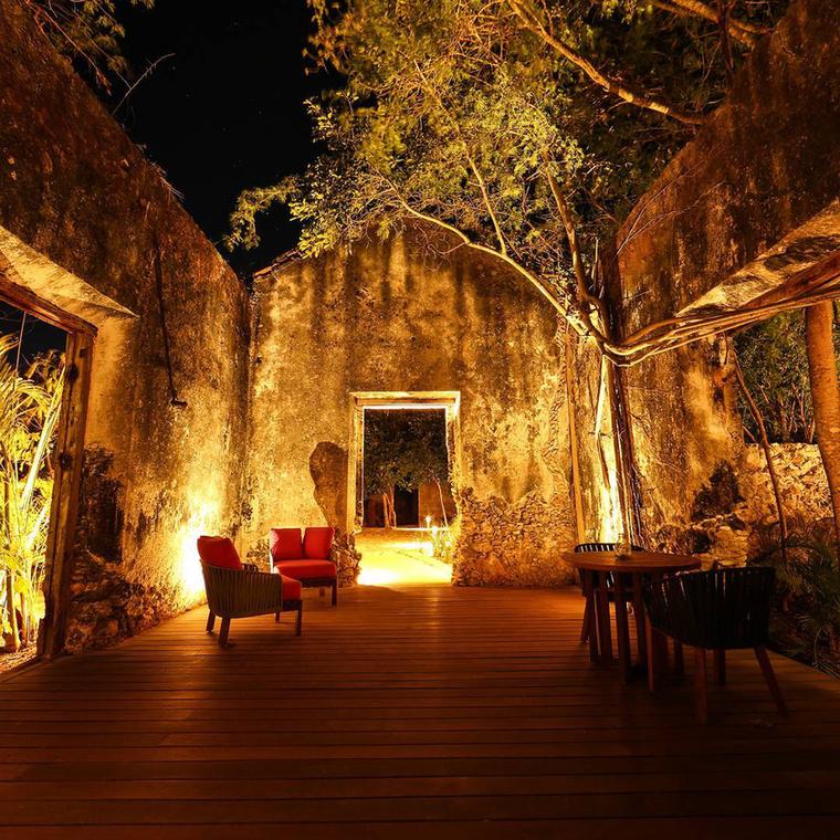 Az üdülőparadicsom egyébként ötvözi a maja építészet tradicionális elemeit