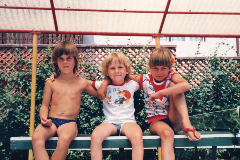 Három gézengúz a pingpongasztalon: a színes, 1980 nyarán készült fotó egy szempillantás alatt visszarepít gyermekkorodba.