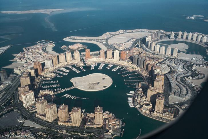 A Katari Gyöngy luxusingatlan-projekt a Qatar Légitársaság egyik járatának ablakából
