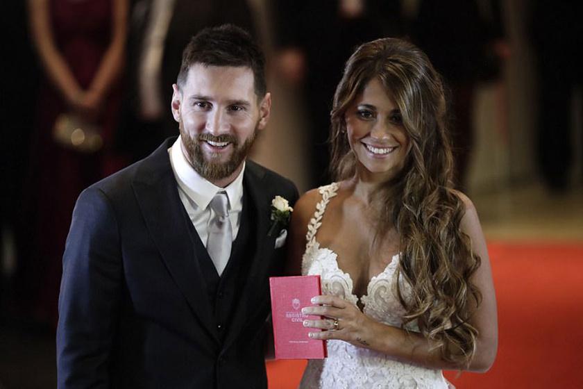 Lionel Messi és Antonella Roccuzzo büszkén mutatják házasságuk bizonyítékát.