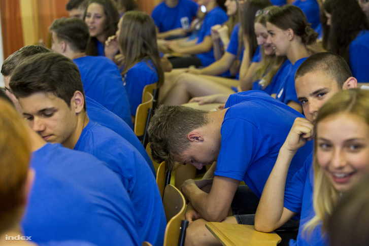 Gimnazisták várnak Áder János előadására egy székesfehérvári gimnáziumban.
