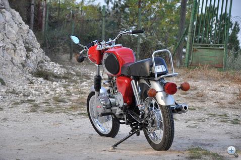Kellemes tárgy, de motorozni nem igazán jó. Cserébe szórakoztató