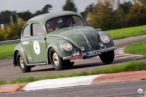 Luxemburgban vagyunk, a Good Year kísérleti pályályán. Az 1951-es. perecablakos bogarat Memminger papa küldi. Nézzék a hátsó gumit! 64. lett. Velük is találkozunk szinte minden versenyen.