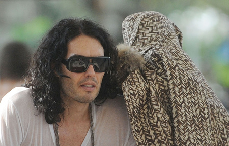 Így érkezett meg Indiába Russel Brand és Katy Perry.