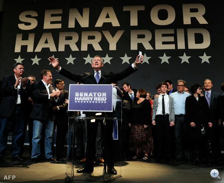 Harry Reid demokrata szenátor ünnepli győzelmét Nevadában. Reid a Tea Party képviselőjét, Sharron Angle-t győzte le szoros küzdelemben