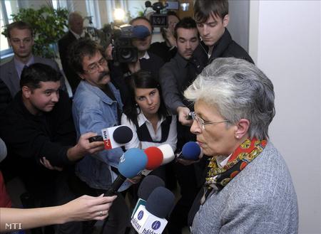 Galló Istvánné, a Pedagógusok Szakszervezete (PSZ) elnöke nyilatkozik a sajtó képviselőinek a Képviselői Irodaházban