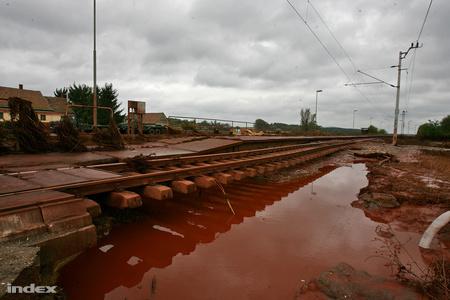 A vasúti pályát alámosta a vörösiszapár (Fotó: Huszti István)