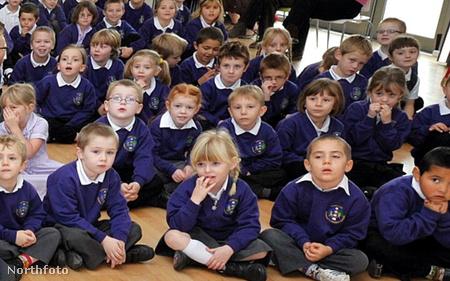 A fenti fotó felnagyított részlete: ilyen fejet vágtak a gyerekek a leánykérés közben.