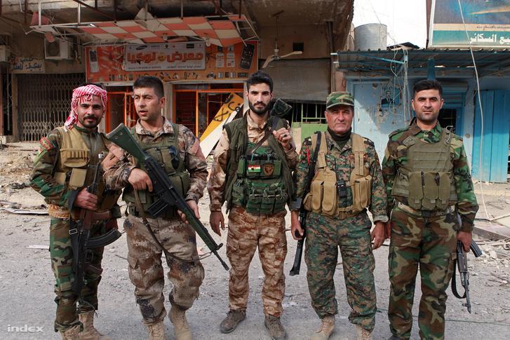 Kurd katonák Moszul egy frissen felszabadított elővárosában