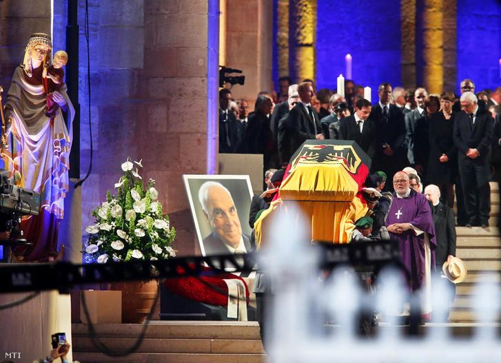 Helmut Kohl július 16-án 87 éves korában hunyt el a délnyugat-németországi Oggersheimben levő otthonában.