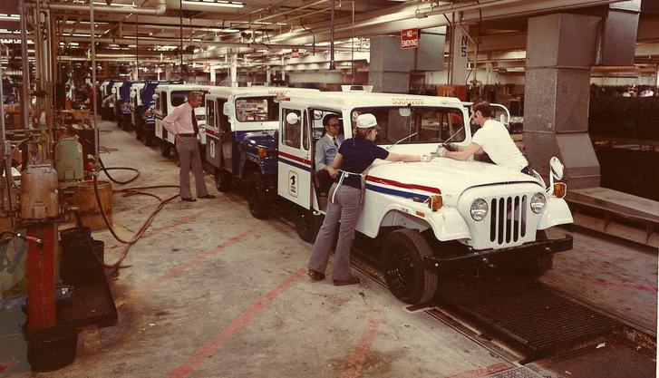 Az amerikai posta autói készülnek South Bendben, valamikor a hetvenes években