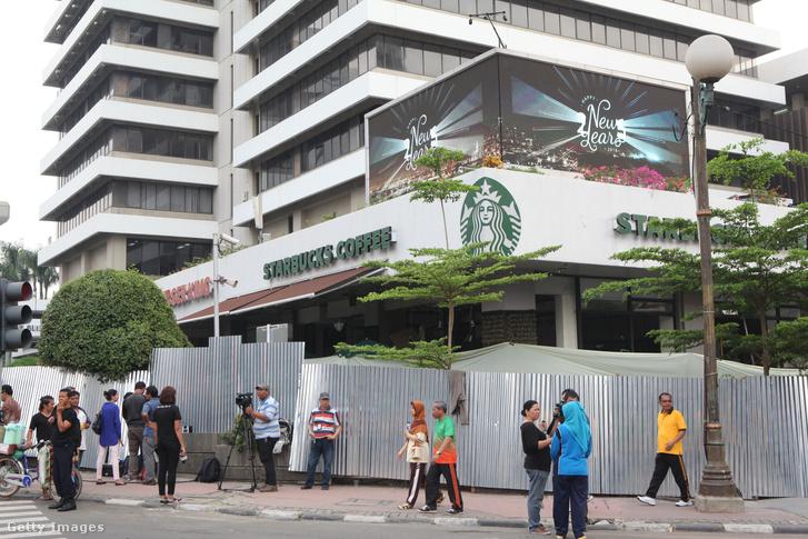 2016. január 14-én robbantásos merényletet követtek el a jakartai Starbucksnál. A többszörös robbanásban heten meghaltak.