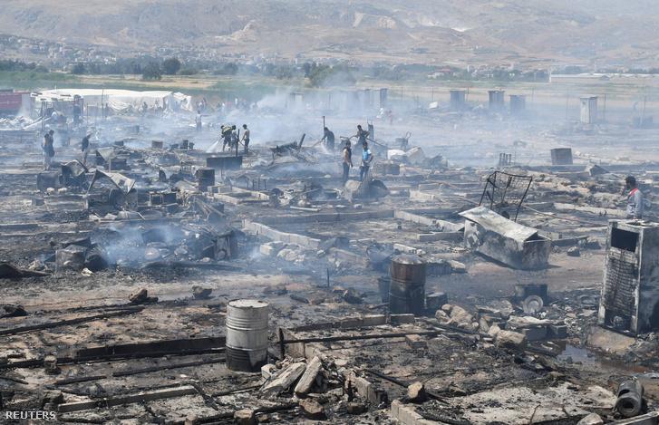A tábor füstölgő romjai