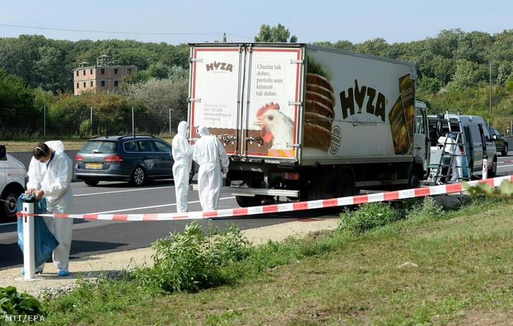 A teherautó Parndorf közelében, amelynek rakterében menekültek holttestére bukkantak