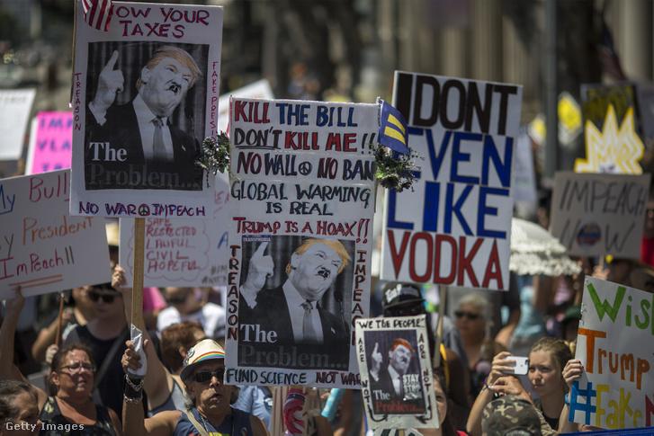Los Angelesben is az utcára vonultak a Trump leváltását követelők