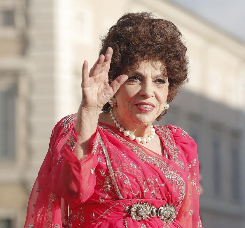 Júniusban kapták le Rómában a színésznőt, aki még mindig csodásan néz ki.