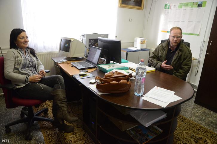 2012. január 9. Jancsó Mónika gazdasági vezető (b) Hornich Frank ügyvezető igazgató a fegyverneki Kunhalom Agrária Kft. szarvasmarha telepén.