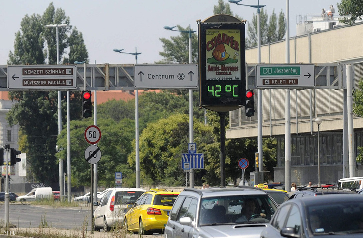 Egy köztéri hőmérő 42 Celsius-fokot mutat a fővárosi Üllői úton a Nagyvárad térnél 2015. július 8-án. Az országos tiszti főorvos július 4-től július 8-án éjfélig hőségriadót rendelt el mert ebben az időszakban eléri vagy meghaladja a napi középhőmérséklet a 27 Celsius-fokot.