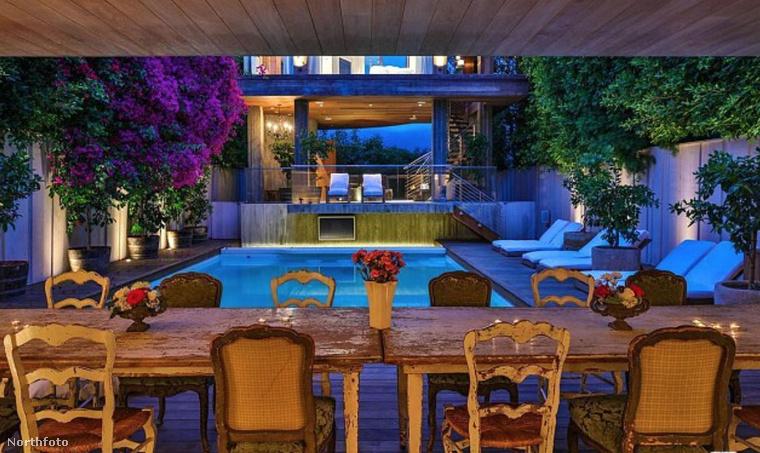 A teljesen felszerelt konyhában a pult márványból készült, és az étkező asztal egy teraszra nyílik szomszédos medencével.