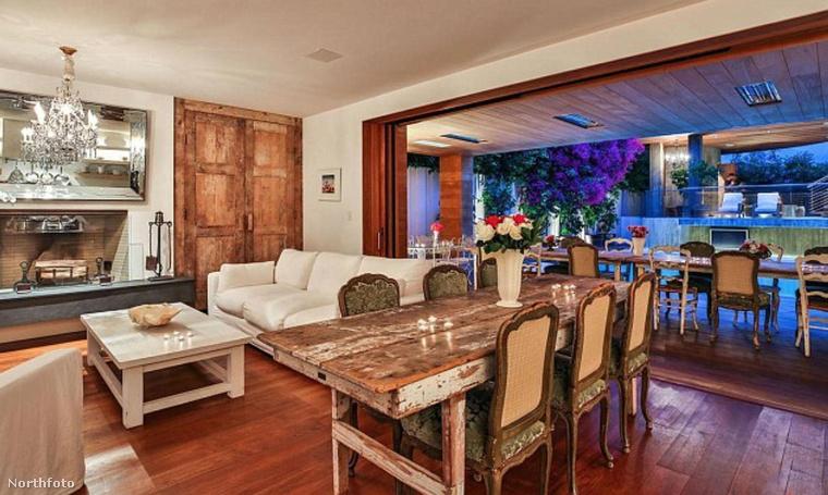 A luxusvillában 3 hálószoba található, melyek közül az egyik tetőterasszal, kilátással a környező hegyekre nyílik