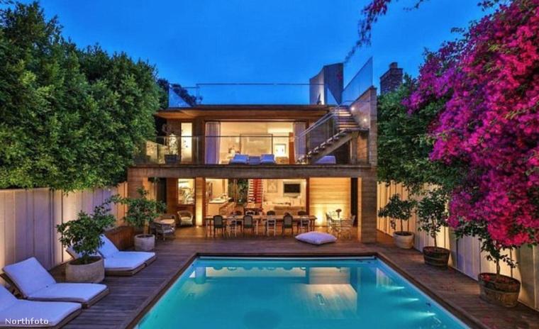 Az ingatlan két épületből áll, és a két házrészt egy úszómedence köti össze.